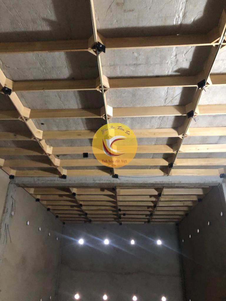 Một tầng được hoàn thiện với phần gỗ và công đoạn loa dẫn dụ cho nhà yến